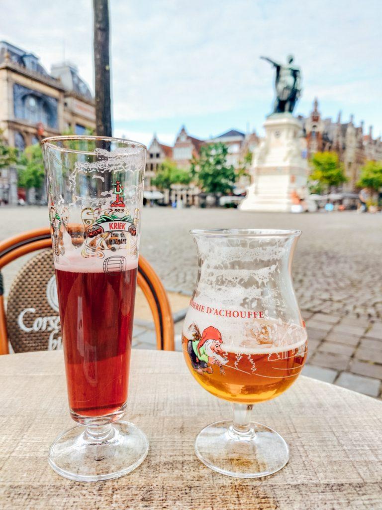 Bier drinken aan het terras op de Vrijdagmarkt